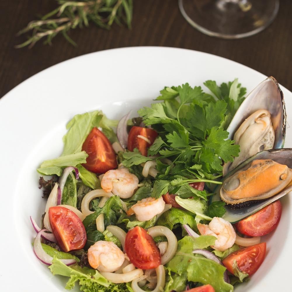 Салат с дарами моря (кальмары, креветки, мидии, чеснок, крымский лук, черри) (200 гр.) – 370 руб.